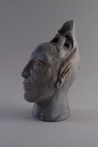 Femme aux boucles d'oreilles (série des porteurs de sièges), Four à bois, 37 x 17,5 x 25 cm, 2018