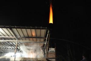 Fin de cuisson, les flammes se forment au sommet de la cheminée.