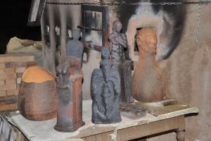 Ensemble de sculptures de José Strée devant le four à bois refroidi.